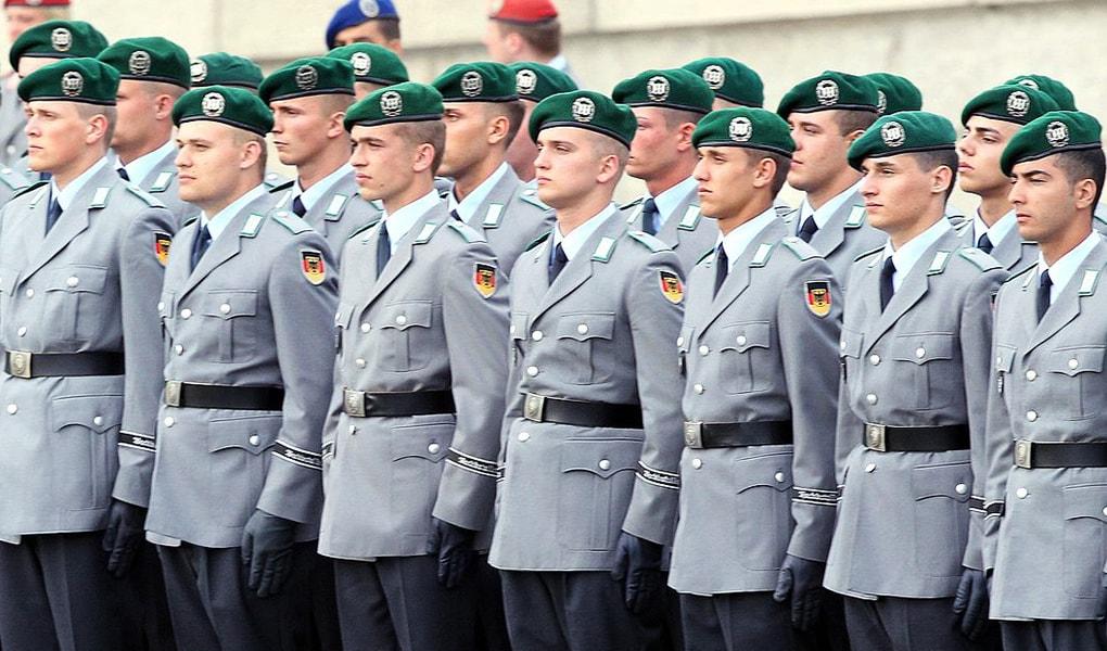 Soll Ihrer Meinung nach die Anzahl der aktiven Bundeswehrsoldaten steigen, sinken oder gleich bleiben?