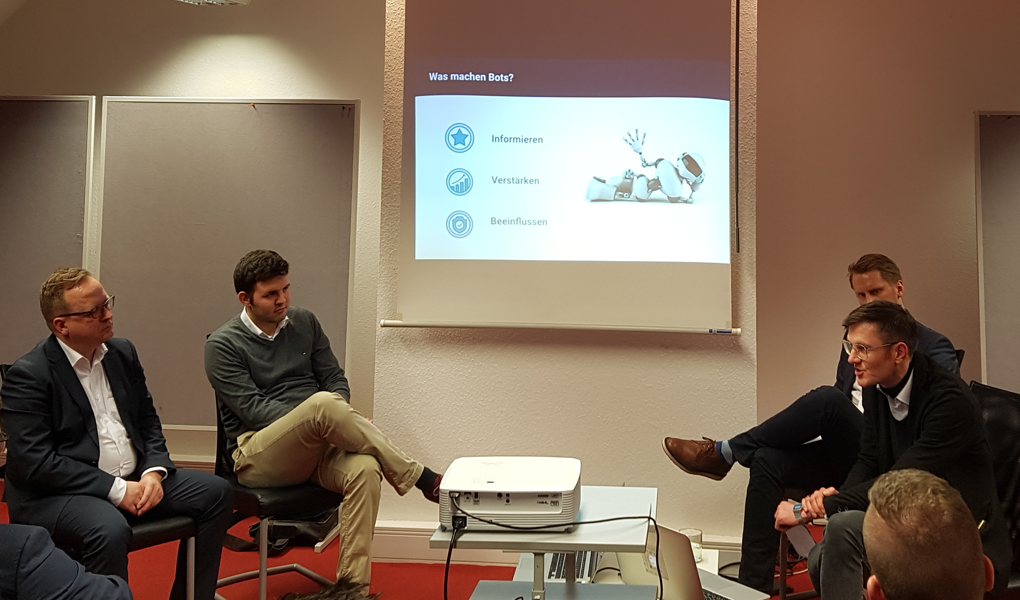 Sebastian präsentiert unsere Umfrage-Ergebnisse zum Thema Social Bots
